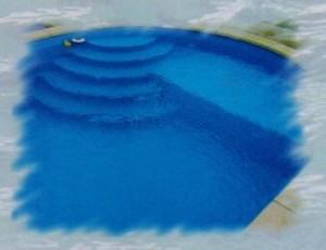 Atypické bazénové schodiště v oválném bazénu
